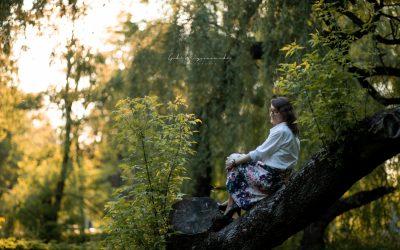 Sesja kobieca w kwitnących drzewach